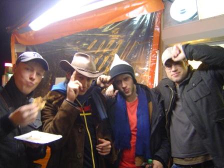 Mit alten und neuen Fans ging´s nach der Show durch den Kreuzberg.
